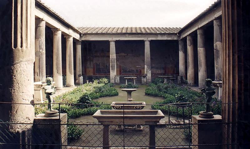 The elegant enclosed garden of the villa Vetti, one of the top Pompeii attractions