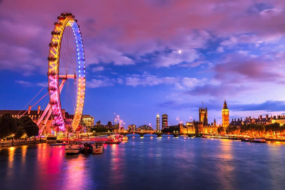 The London Eye illuminated at night.