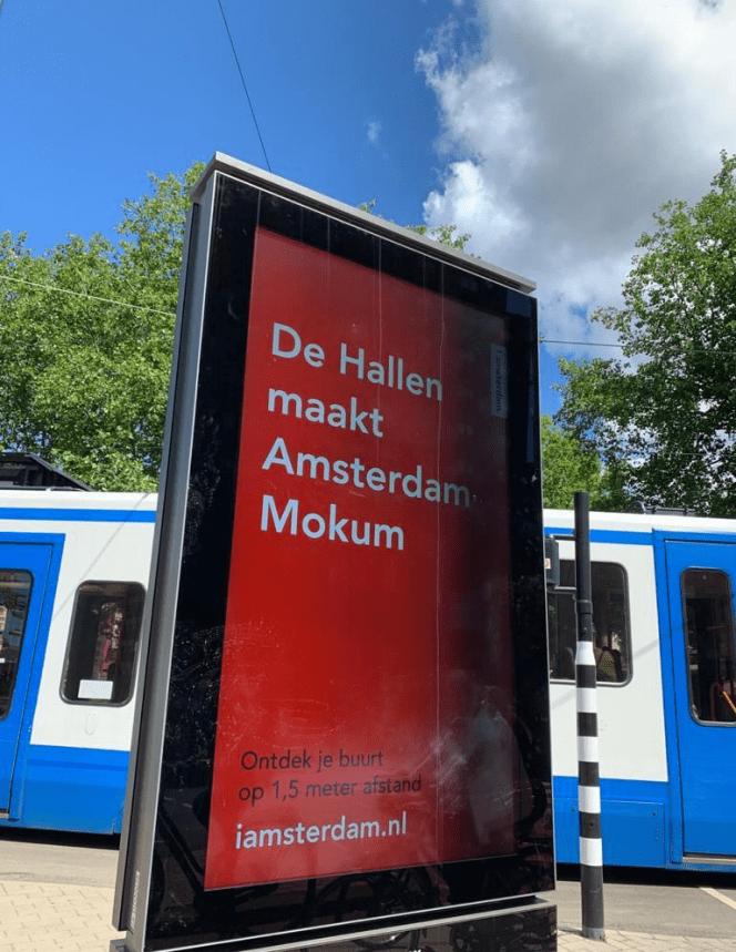 """Segno digitale ad Amsterdam per promuovere il turismo locale. Si legge: """"L'Hallen è ciò che rende Amsterdam Mokum. Scopri il tuo quartiere a 1,5 m di distanza""""."""